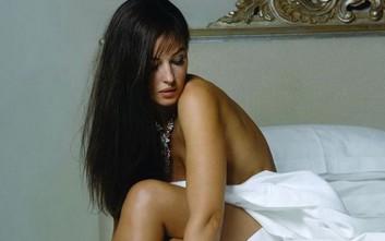 Η Μόνικα Μπελούτσι γυμνή μόνο με ένα σεντόνι