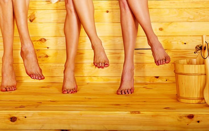 Χαλαρώνοντας γυμνοί μετά τη δουλειά με αφεντικό και συναδέλφους