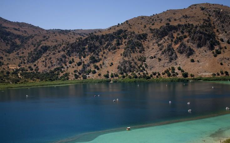 Η μαγευτική λίμνη της Κρήτης ανάμεσα σε βουνά και ελαιώνες