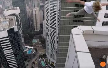 Τα παράτολμα ακροβατικά με σκέιτμπορντ στην άκρη ουρανοξύστη