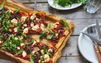 Πίτσα με φέτα και ελιές