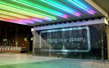 Στίχοι από φως στους τοίχους του Νότιγχαμ για τους διαβάτες