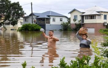 Απομακρύνονται χιλιάδες άνθρωποι από τα σπίτια τους στην Αυστραλία λόγω πλημμυρών