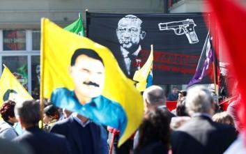 Εισαγγελική έρευνα των Ελβετών για το πανό με το πιστόλι στον κρόταφο του Ερντογάν