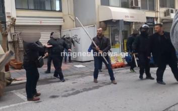 Με ξύλα και κράνη Κασιδιάρης και Ηλιόπουλος έξω από τηλεοπτικό σταθμό