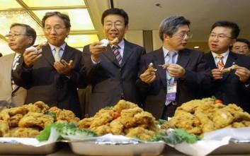 Οι Νοτιοκορεάτες γιόρτασαν με… κοτόπουλο την καθαίρεση της προέδρου Παρκ Γκιούν-Χιε