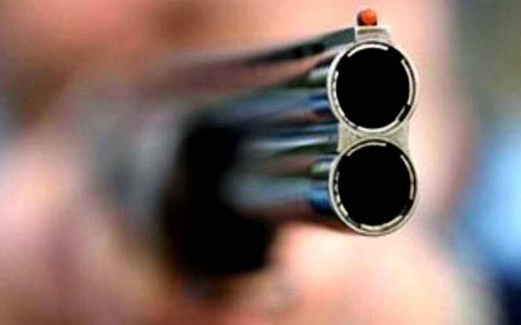 Πυροβόλησε στον αέρα για να σταματήσει τον καβγά των γονιών του