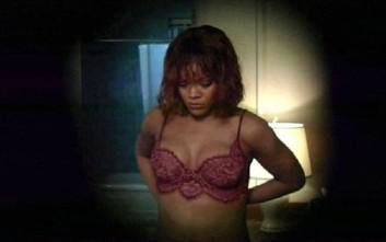 Η καυτή Rihanna αναπαριστά την ιστορική σκηνή του «Ψυχώ»