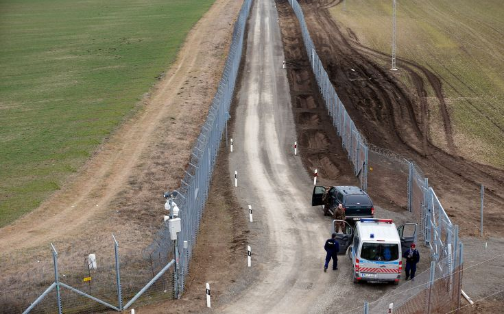 2017-03-02T171531Z_1208422651_RC120BEC5B90_RTRMADP_3_EUROPE-MIGRANTS-HUNGARY-FENCE