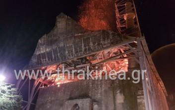 Υπό έλεγχο η φωτιά στο τέμενος Βαγιαζήτ