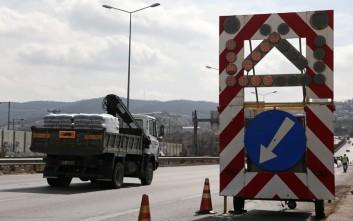 Εκτροπή νταλίκας κοντά στα διόδια Μοσχοχωρίου, κλειστή μία λωρίδα κυκλοφορίας στην εθνική οδό