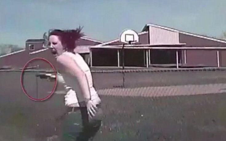 Αστυνομικός χτυπάει με το περιπολικό και σκοτώνει γυναίκα που οπλοφορεί