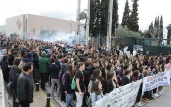 Συγκέντρωση διαμαρτυρίας μαθητών στο υπουργείο Παιδείας
