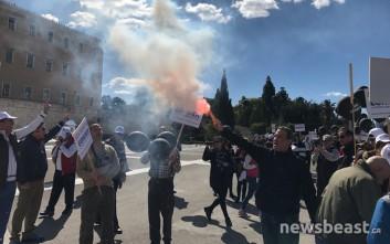 Με καπνογόνα στη Βουλή οι εργαζόμενοι της Εθνικής Ασφαλιστικής