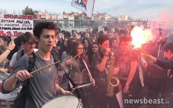 Μαθητές και φοιτητές διαμαρτύρονται με καπνογόνα στο υπουργείο Παιδείας