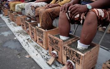 Τσιμέντωσαν τα πόδια τους σε ένδειξη διαμαρτυρίας