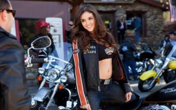 Το κορίτσι της Harley Davidson που κάνει άπαντες να παραμιλούν