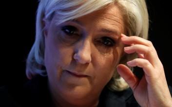 «Το ευρώ πέθανε» λέει η Λεπέν και προσπαθεί να προσεγγίσει ψηφοφόρους
