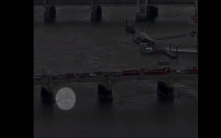 Γυναίκα βουτάει από τη γέφυρα του Ουεστμίνστερ για να γλιτώσει