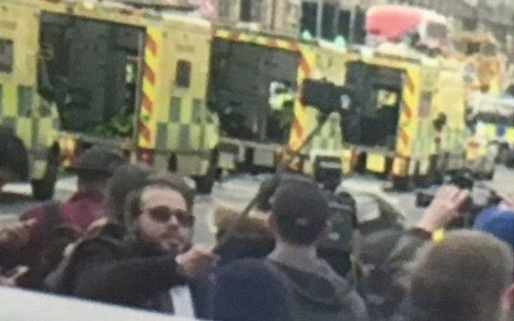 Έβγαζε σελφι μπροστά από τα ασθενοφόρα με τους νεκρούς στο Λονδίνο