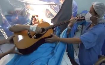 Ασθενής παίζει κιθάρα ενώ οι γιατροί τον χειρουργούν στο κεφάλι
