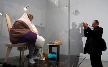 Ο Γάλλος καλλιτέχνης που μεταμορφώνεται σε κότα και κλωσάει αυγά