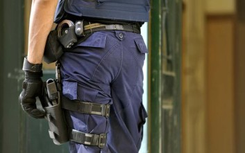 Άρπαξε το όπλο αστυνομικού και το κόλλησε στο κεφάλι του μηνυτή μέσα στο δικαστήριο
