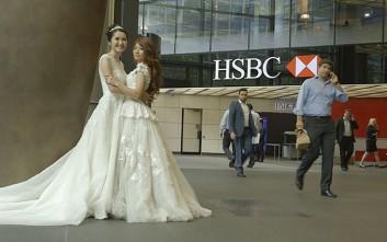Ο διευθυντής της τη συνόδευσε στο γάμο με την αγαπημένη της
