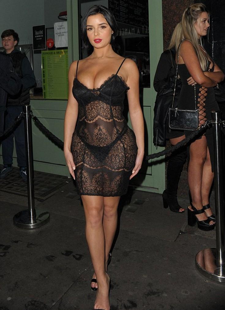 Η Demi Rose δεν έχει κανένα πρόβλημα να κυκλοφορεί ημίγυμνη!