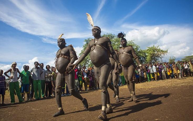 Η φυλή της Αιθιοπίας στην οποία οι άνδρες με μεγάλη κοιλιά είναι περιζήτητοι