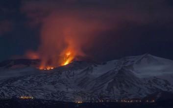 Tουρίστες τρέχουν  να σωθούν τη στιγμή της έκρηξης της Αίτνας