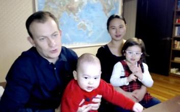 Η οικογένεια που έγινε viral μιλά για την «εισβολή» των παιδιών στη συνέντευξη στο BBC