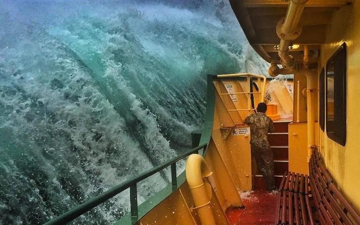 «Μάχη» σκάφους με τα κύματα στην Αυστραλία