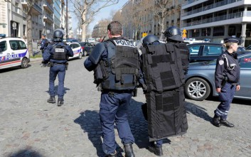 Στα χέρια και το πρόσωπο τραυματίστηκε η υπάλληλος που άνοιξε τον παγιδευμένο φάκελο στο Παρίσι