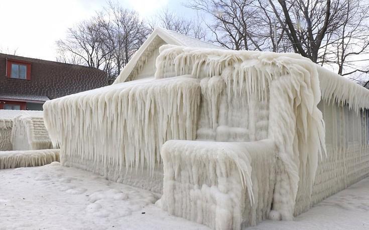 Σπίτι καλύφθηκε ολόκληρο με πάγο στη Νέα Υόρκη