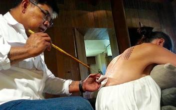 Τα τατουάζ της Τζολί για τον Μπραντ Πιτ λίγους μήνες πριν χωρίσουν