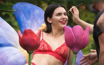 Η Κendall Jenner με σέξι κόκκινα εσώρουχα