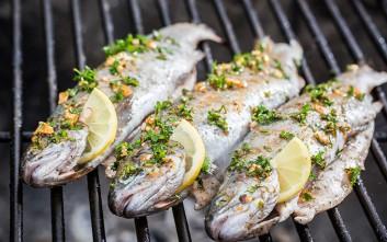 Ιχθυοπωλεία που καθαρίζουν, ψήνουν και φέρνουν το ψάρι στο... πιάτο σου