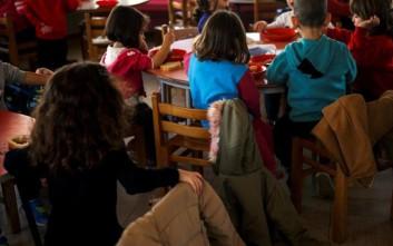 Reuters: Οι Έλληνες αφήνουν τα παιδιά τους σε ιδρύματα γιατί δεν μπορούν να τα ταΐσουν