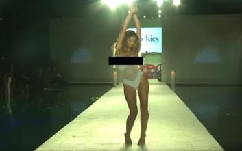 Το σέξι ατύχημα μοντέλου την ώρα που χορεύει στην πασαρέλα
