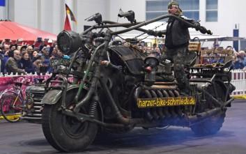 Μοτοσυκλέτα φτιαγμένη από υλικά παλιών αρμάτων μάχης