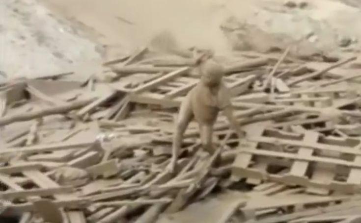 Η απίστευτη στιγμή που μια γυναίκα βγαίνει μέσα από τη λάσπη