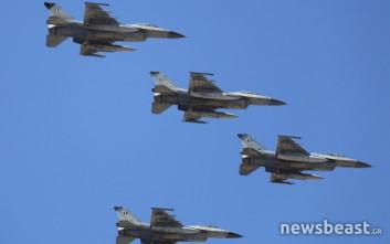 Εντυπωσιακοί σχηματισμοί μαχητικών και ελικοπτέρων πάνω από την Αθήνα