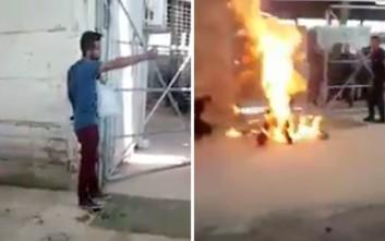 Συγκλονιστικό βίντεο από τον πρόσφυγα που αυτοπυρπολήθηκε στη Χίο