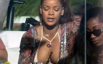 Η Rihanna και το... υπερβολικό της μπούστο