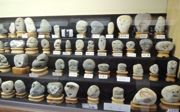 Ένα μουσείο με πέτρες που μοιάζουν με διάσημους