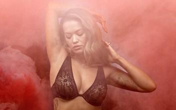 Η Rita Ora με τα μαύρα σέξι εσώρουχά της