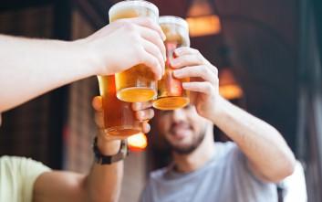 Ένα ηλιόλουστο Σάββατο με καλή παρέα και μπύρα κοντά στη θάλασσα