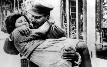 Όταν η κόρη του Στάλιν αυτομόλησε στις ΗΠΑ και έκαψε το σοβιετικό της διαβατήριο