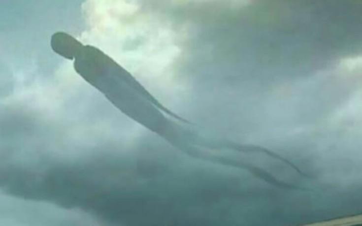 Τεράστια ανθρώπινη φιγούρα εμφανίστηκε στον ουρανό
